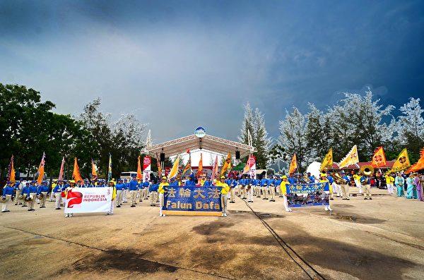 2018年印尼法輪功心得交流會前夕,法輪功學員在巴淡島最大的遊樂場Costarina遊行。天國樂團、儀仗隊、仙女隊進入遊樂場中心。(Wayan Diantha 提供)