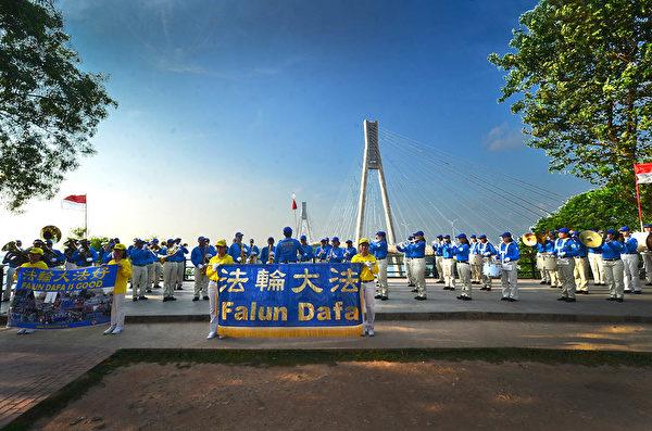 2018年印尼法輪功心得交流會後,天國樂團在Jembatan Barelang附近演奏樂曲。(Wayan Diantha 提供)