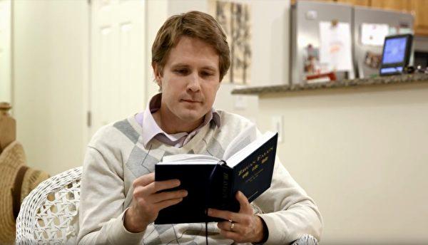 班‧史密斯在閱讀《轉法輪》。(影片截圖)