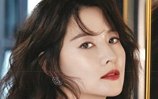李英爱配戴品牌珠宝 为时尚杂志拍美照