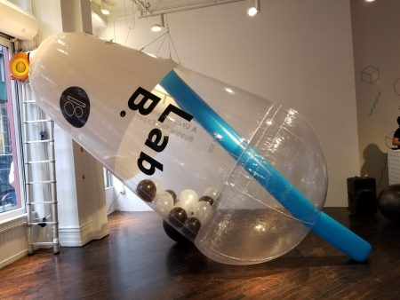 活动现场布置特大珍奶杯造型,凸显主题。