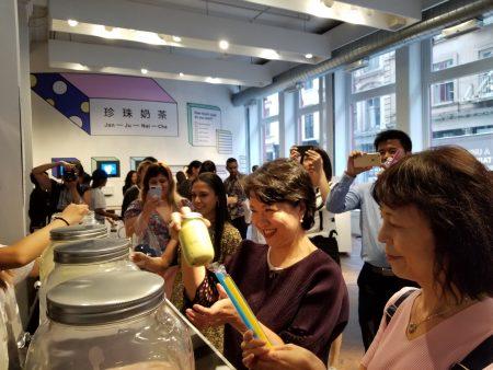 活動現場,民眾可以體自製珍奶的樂趣,經文處處長徐儷文也玩得不亦樂乎。