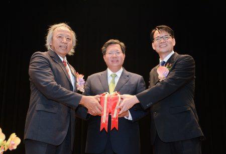 左起,桃园武陵高中退休校长林清波、桃园市长郑文灿、新任武陵高中林焕周校长。