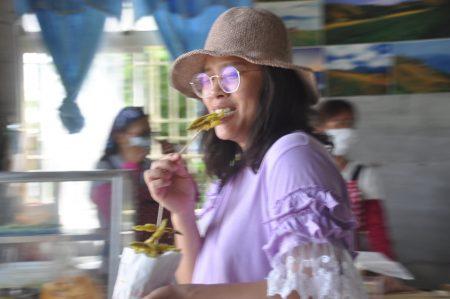 來自台東的遊客說,炸金針帶有花香的酥脆甜甜的口感,像是吃溪哥魚的美味。