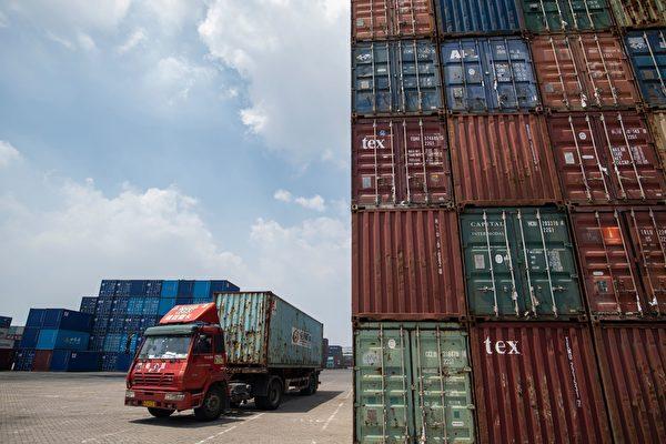 中共官方資料顯示,7月中美貿易順差較上個月下跌2.8%。圖為大陸江蘇省張家港市的貨櫃車。(JOHANNES EISELE/AFP/Getty Images)