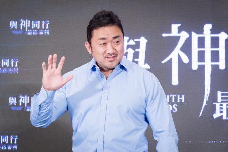 韩星马东石8月6日在台北出席韩国电影《与神同行:最终审判》亚太国际记者会 。