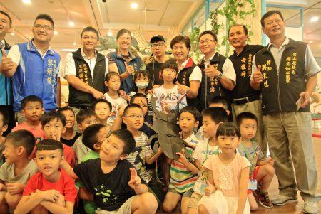 與會嘉賓和參觀學童合影。