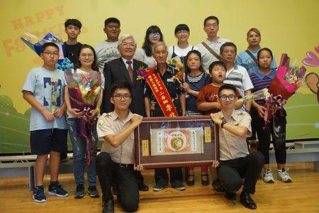 由二崙乡公所推荐的模范父亲李政庆和家人,和县长李进勇合影。