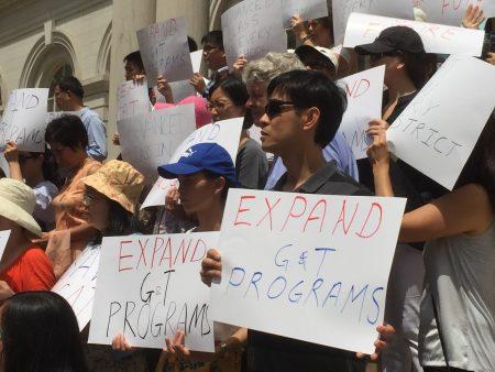 紐約市華人家長關濤支持參議員艾維樂的提案,認為這是為華人發生的民選代表。