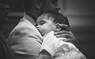 """爸爸对儿子唱歌 """"奇迹""""男孩故事令人鼻酸"""