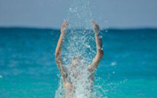 """整人""""高空""""弹跳 男孩架势十足跳进水里了"""