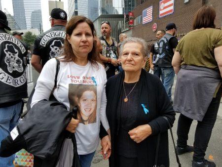 卡巴搀扶老母亲一起前往双塔遗址悼念唯一的妹妹葛莉丝,他们盼望她的身份能早日被辨识出来。