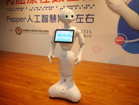 卫教机器人Pepper不仅传递给患者卫教知识,也抚慰了患者紧张的心。