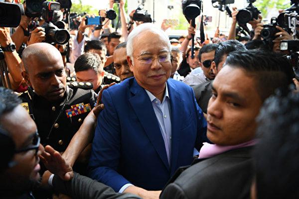 圖為馬來西亞前總理納吉布5月22日到反貪機構就一馬腐敗案接受問訊。(MANAN VATSYAYANA/AFP/Getty Images)