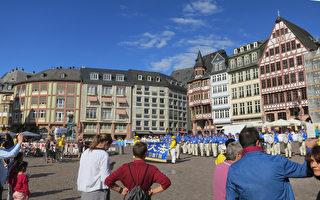 在法兰克福遇到法轮功游行队伍