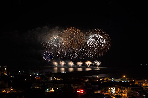 组图:国庆烟火抢先看 美丽焰火照亮花莲夜空