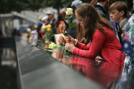 家属在罹难者的名字上插上鲜花。