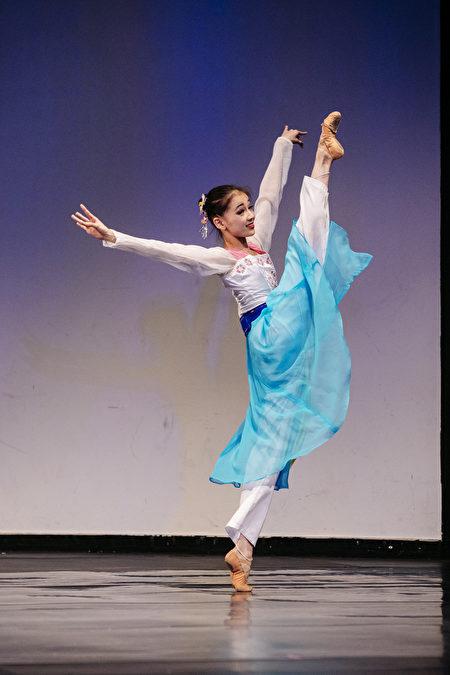 第八屆全世界中國古典舞大賽少年女子組金獎得主張中天,表演劇目《春色滿園》。(愛德華/大紀元)