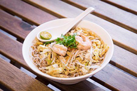 「叻沙」是馬來西亞60年的傳統美食,用30多種香料、雞骨,每天熬煮兩小時,一種你沒吃過無法形容的好味道。