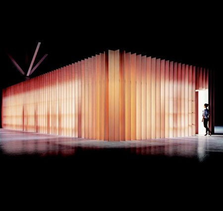 《中央酒吧》 由溫哥華的Leckie Studio創建,有400多個座位,為遊客提供了理想的小憩場所。