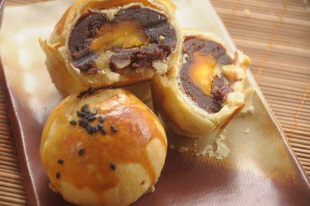 花莲黎明教养院向阳园区养殖无毒鸡蛋,每颗蛋都是黎明院生照顾的;红豆蛋黄酥就是挑选无毒蛋黄烘焙的月饼。