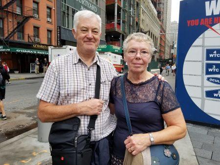 高龄的史密斯夫妇多年来经常到纽约观光,对911事件感到无比惊讶。他们衷心希望惨剧能远离人类的社会。
