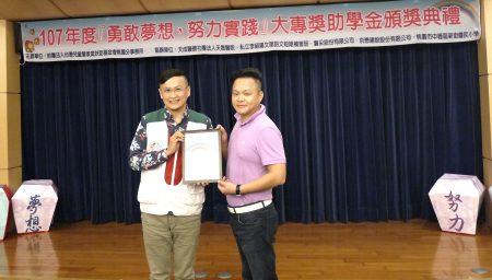 桃园家扶中心张伏杉主任(左)致赠大专生手绘感谢状给京懋建设范秉丰执行长。