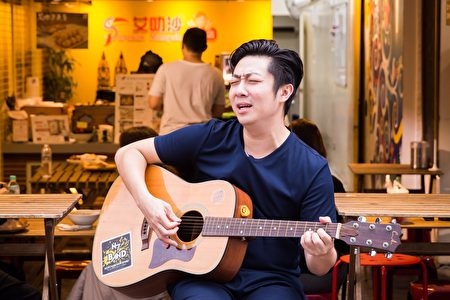 艾成忙裡偷閒,拿著吉他在門口唱歌,也是一天中快樂的時光。