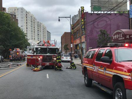 消防局出動多台消防車滅火。