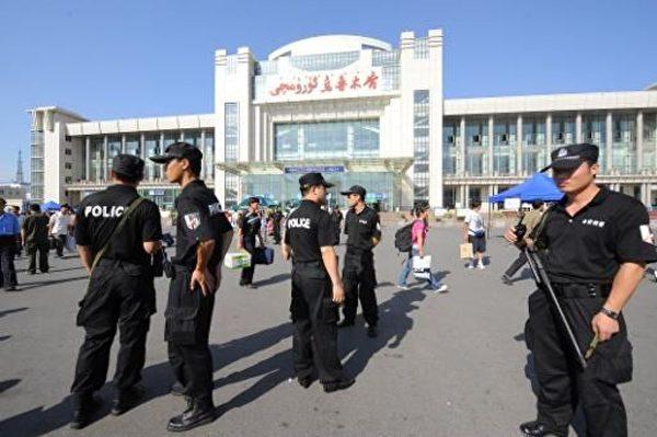 烏魯木齊火車站前的大量特警。(AFP)
