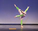 来自飞天大学的406号选手吴凯迪9月20日下午在复赛中表演舞蹈剧目《寒窑》。(戴兵/大纪元)