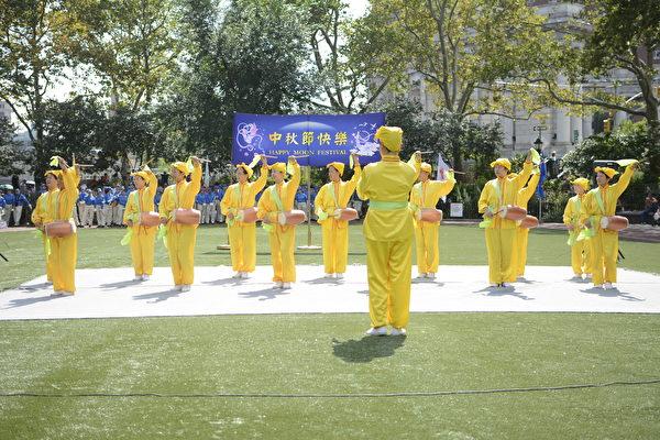 腰鼓队表演曲目《法轮大法好》。(马青/大纪元)
