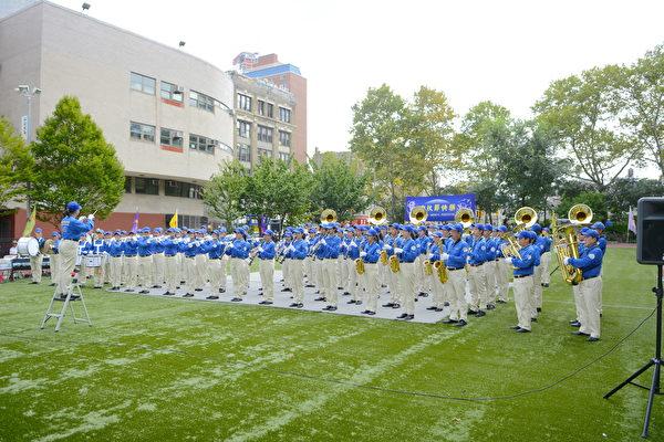 训练有素、队伍整齐的天国乐团为民众带来振奋人心的乐曲。(马青/大纪元)