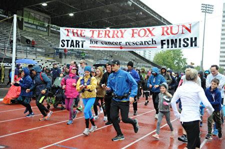 近百名市民從體育場出發,開始本次雨中的本拿比市的泰瑞福克斯長跑。(童宇/大紀元)