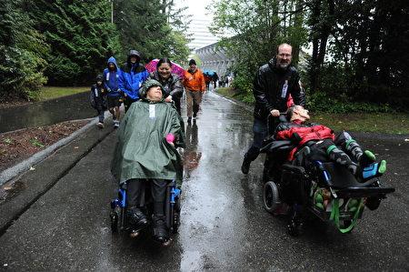 天將大雨,參加本次本拿比市的泰瑞福克斯長跑者,還有一些殘疾人。(童宇/大紀元)