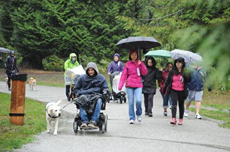 在雨中堅持本次泰瑞·福克斯長跑的參與者。(童宇/大紀元)