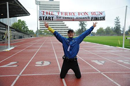 Aaron選擇了10公里路程,他是第一次參加泰瑞福克斯長跑,到終點時,他興奮地跪在了地上。(童宇/大紀元)