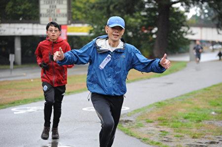 本次泰瑞福克斯長跑,吸引了不少華人面孔參與。他們很多選擇了10公里路線。(童宇/大紀元)