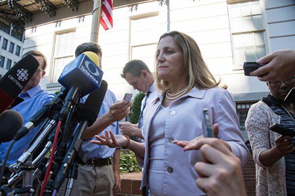 22018年8月30日,华盛顿DC,加国外交部长方慧兰(中)接受媒体采访。美加贸易谈判8月31日结束,双方未能达成协议,将于9月5日继续谈判。(JIM WATSON/AFP/Getty Images)