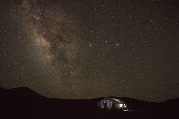 高清影片呈现挪威夜空的银河 美得令人屏息