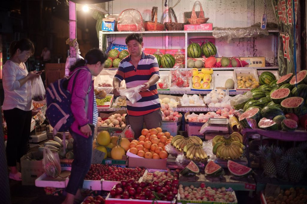 大陸8月份蔬菜價格比上個月上漲9%,豬肉價格上漲6.5%。(NICOLAS ASFOURI/AFP/Getty Images)