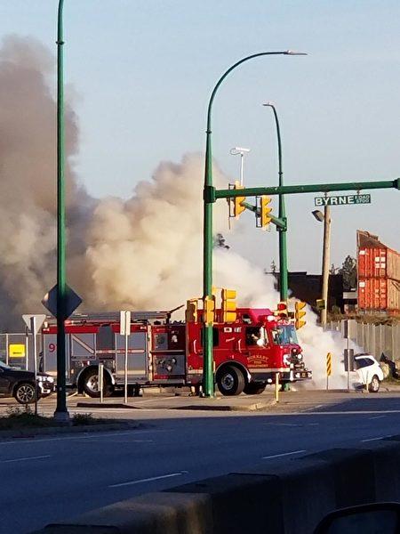 一辆白色轿车在本拿比的Marine Way夹Byrne Road起火被烧毁。(陈新宇/大纪元)