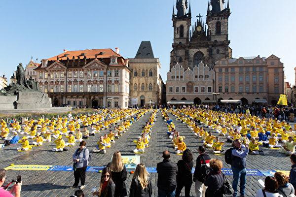 9月28日上午,上千名來自歐洲37國的法輪功學員在捷克首都布拉格市中心老城廣場舉行大型集體煉功。(Matthias Kehrein/大紀元)