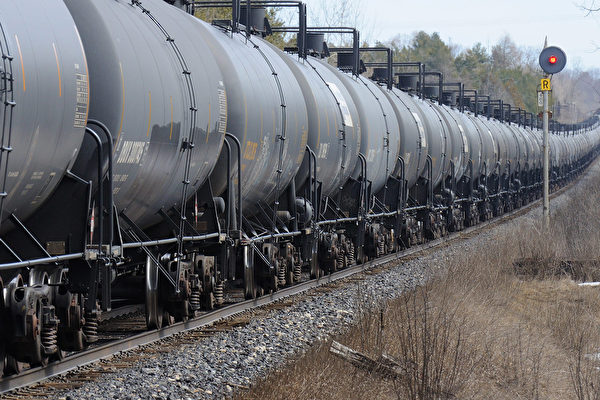 A crude oil train, March 22, 2013, Puslinch, Ontario headed to the US via Quebec. Stephen C. Host/CP