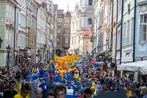 9月28日下午,以天國樂團打頭的法輪功遊行隊伍浩浩蕩蕩穿過布拉格老城中心。(Max Xiao/大紀元)