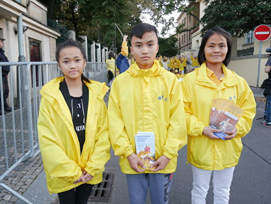 Hông Nagoc(左)今年13歲,出生在布拉格,從6歲開始修煉法輪功了。哥哥Ky Anh(中)今年14歲,出生在越南河內,7歲開始修煉。(張妮/大紀元)