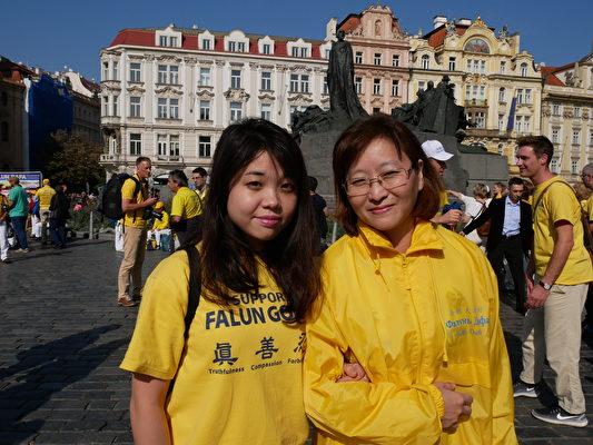 Veconite Pceleste(左)和姐姐一起參加遊行。(張妮/大紀元)
