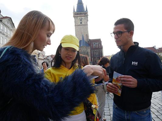 布拉格民眾、遊人了解法輪功真相。(張妮/大紀元)