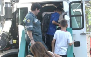 市清洁局庆开学 学童上卡车玩翻