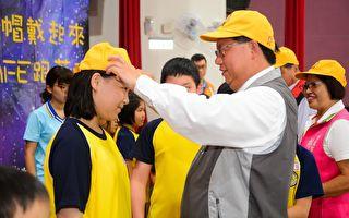 守护学童上下学安全  穿越道路戴上黄色小帽
